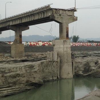 تحقیق بررسی راهکارهای جلوگیری از آبشستگی در پل ها و سازه های ساحلی